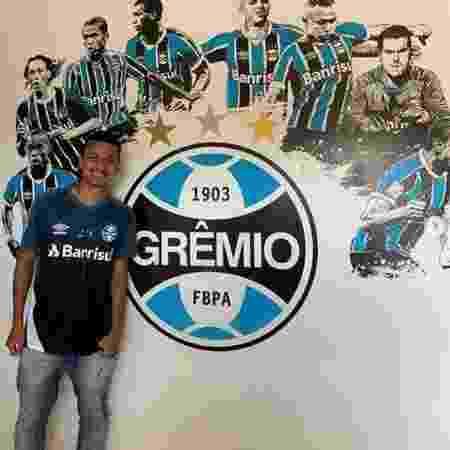 Ricardo Viana no dia em que assinou contrato com o Grêmio - Reprodução/Instagram