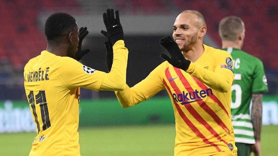 Dembele e Braithwaite comemoram o terceiro gol do Barcelona contra o Ferencváros - ATTILA KISBENEDEK/AFP