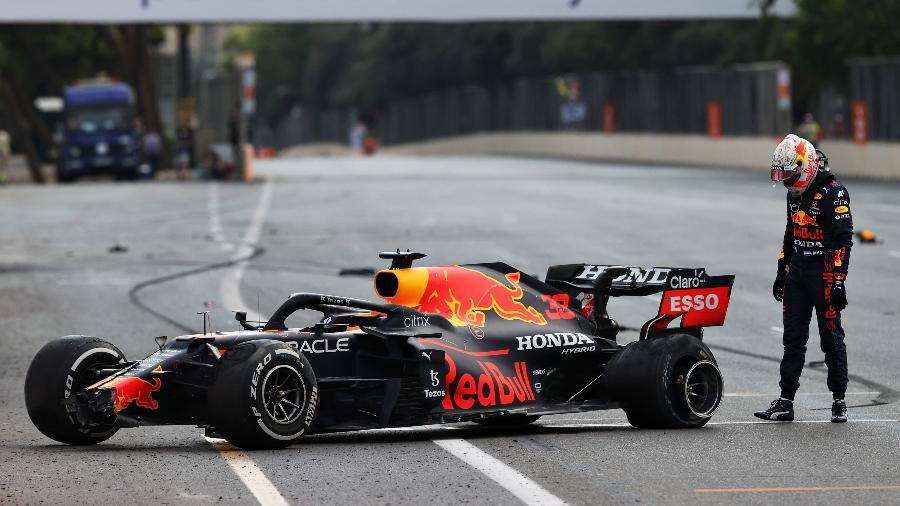 Max Verstappen olha para o carro após acidente no Azerbaijão - Clive Rose/Getty Images