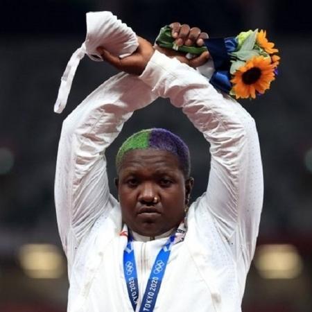 Medalhista de prata desafiou proibição durante premiações para chamar atenção para oprimidos e saúde mental - Reuters