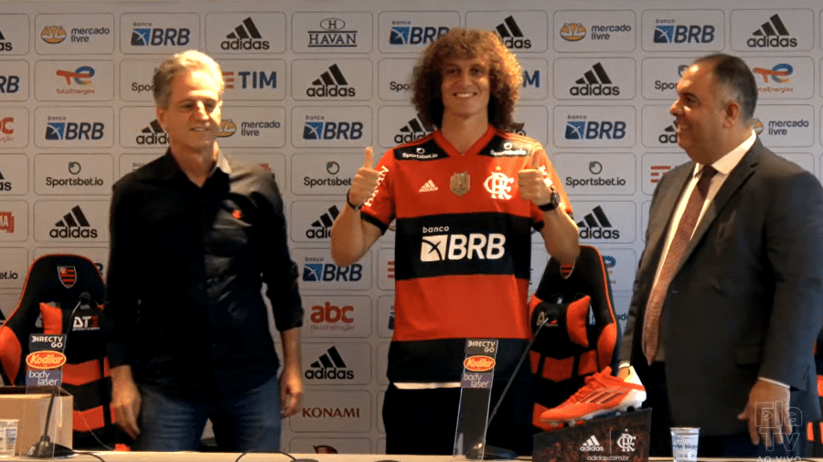 David Luiz posa com a camisa do Flamengo - Reprodução/YouTube