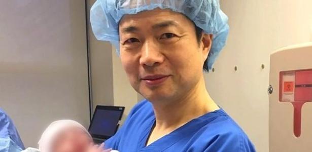 O médico John Zhang com o bebê nascido com a técnica, usada para evitar que ele tivesse a síndrome de Leigh - New Hope Fertility Centre