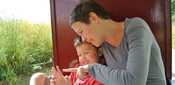 Louisa e o filho, Frank, passaram por tratamento inovador de autismo - BBC