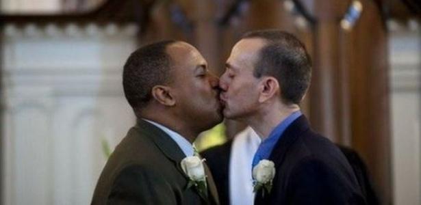 Imagens de homens se beijando invadiram as redes sociais desde o massacre no clube Pulse - Twitter