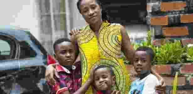Mutinta Musokotwane-Chikopela tem três filhos, trabalha e nunca tira a folga; ela acha que já existem muitos feriados na Zâmbia - BBC - BBC
