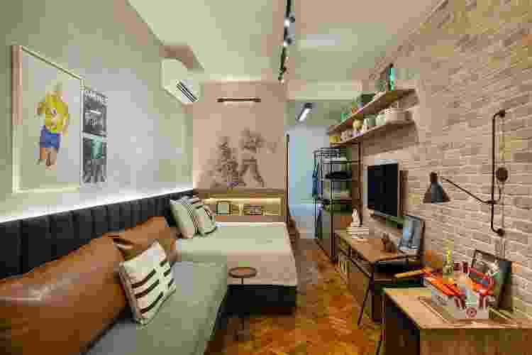 Atrás da cama, que se prolonga com um sofá, coube um nicho para objetos - Fotos Juliano Colodeti/ MCA Estúdio/Divulgação - Fotos Juliano Colodeti/ MCA Estúdio/Divulgação