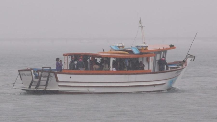 Neste sábado (6), pessoas se aglomeraram em passeio de barco em Ilhabela - André Lucas/UOL