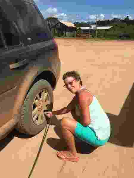 Patrícia murchando os pneus do carro antes de pegar a estrada de terra para sair de Barra Grande - Arquivo pessoal - Arquivo pessoal