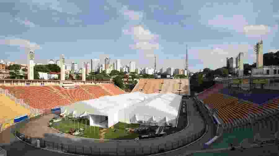 Obras de instalação do hospital de campanha que está sendo montado no Estádio do Pacaembu, na zona oeste de São Paulo, para pacientes da covid-19 - Estadão Conteúdo