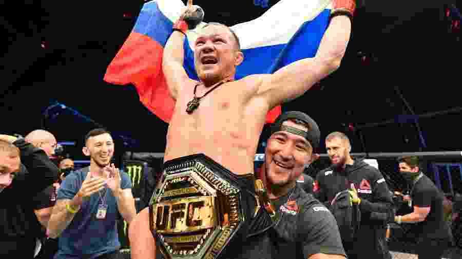 Petr Yan comemora conquista do cinturão dos galos após nocautear José Aldo - Jeff Bottari/Zuffa LLC
