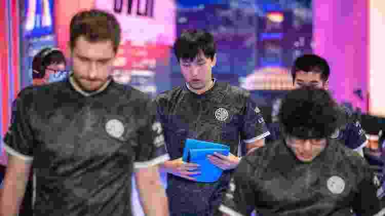 Team SoloMid TSM abatida após eliminação Mundial LoL 2020 fase de grupos Dia 7  - David Lee/Riot Games - David Lee/Riot Games