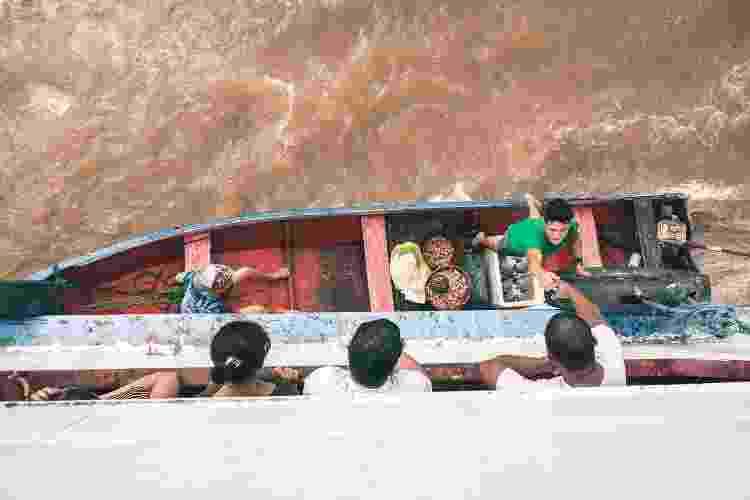 O comércio na travessia acontece entre os canoeiros e os viajantes dos barcos e ferries - Arquivo pessoal - Arquivo pessoal