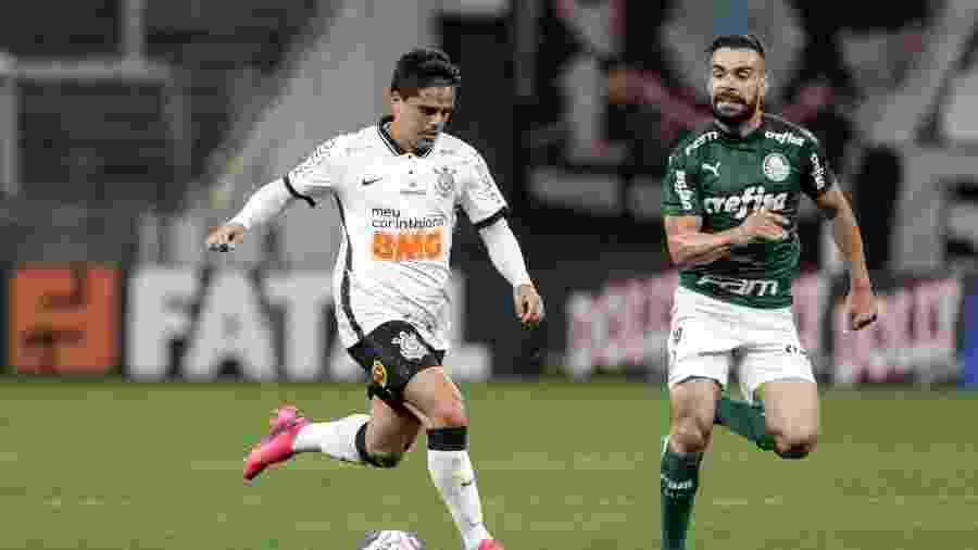 Fagner é acompanhado por Bruno Henrique, durante a partida entre Corinthians e Palmeiras - Rodrigo Coca/Agência Corinthians