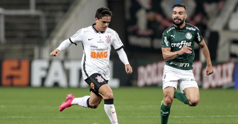 Fagner é acompanhado por Bruno Henrique, durante a partida entre Corinthians e Palmeiras