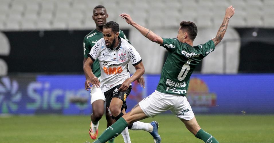 Everaldo tenta passar pela marcação de Diogo Barbosa, durante a partida entre Corinthians e Palmeiras
