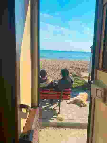 Lilo com seus tutores em uma praia na Grécia - Arquivo pessoal - Arquivo pessoal