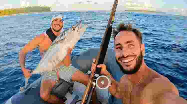 Lucas e Neto pescando a refeição em alto-mar - Arquivo pessoal - Arquivo pessoal