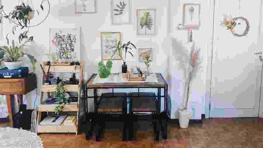 Canto da sala de estar representa elementos que Pan Alves adotou em seu apartartamento - Arquivo pessoal