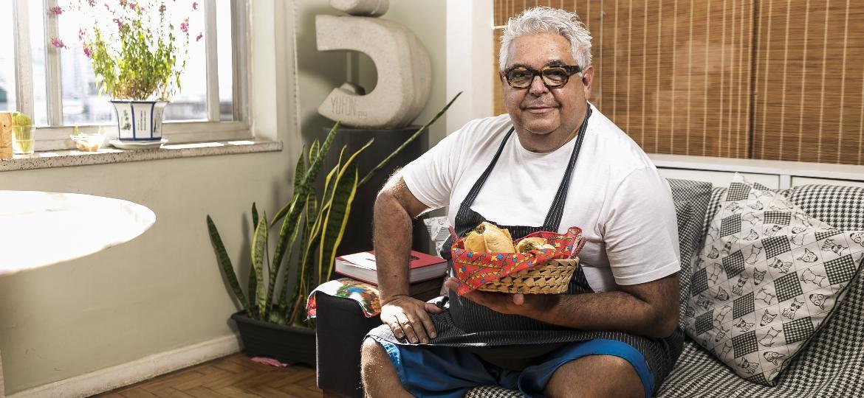 O chef paraibano Carlos Ribeiro apresenta o buraco quente de picadinho, tradição da sua família - Keiny Andrade/UOL