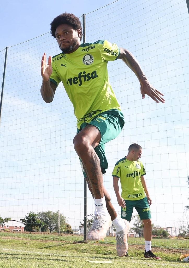 Na manhã desta terça-feira (15), o Palmeiras treinou no CT do Libertad-PAR. O time foi ao país vizinho para tomar a primeira dose da vacina contra a Covid-19.