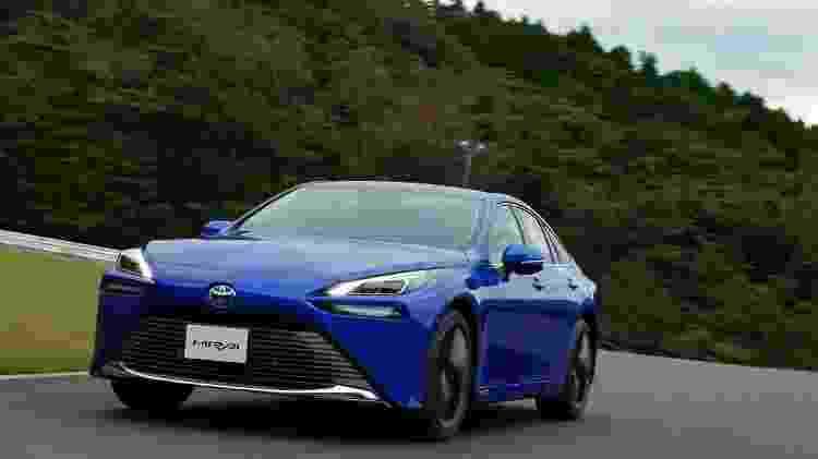 Toyota Mirai é um dos poucos carros fabricados em série que têm propulsão com célula de hidrogênio - Divulgação - Divulgação