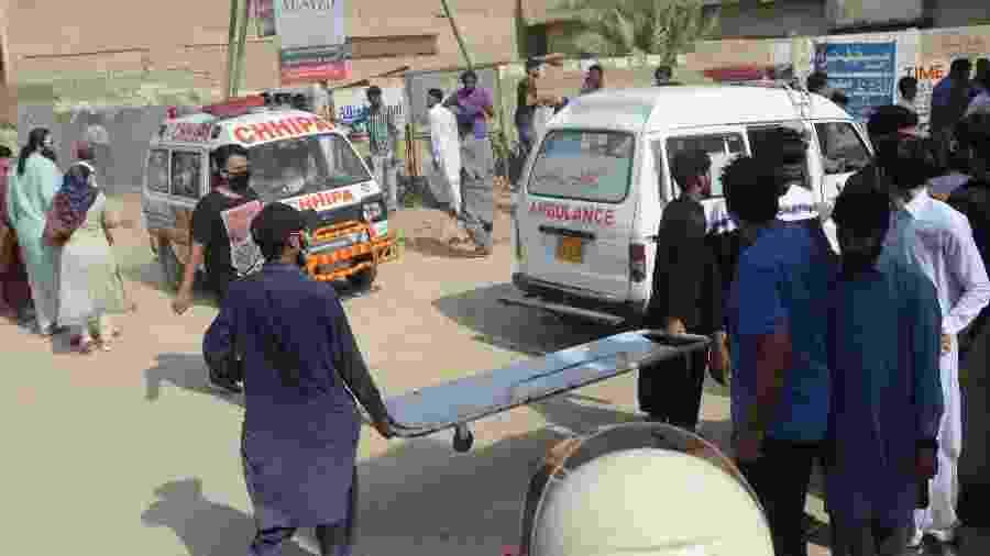 Esforços de resgate em Karachi, no sul do Paquistão, após queda de avião - Anadolu Agency via Getty Images