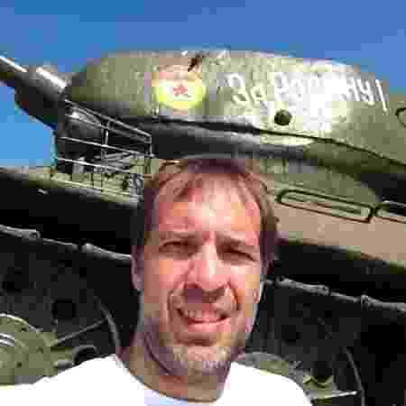Com tanque de guerra na Transnístria - Arquivo pessoal - Arquivo pessoal