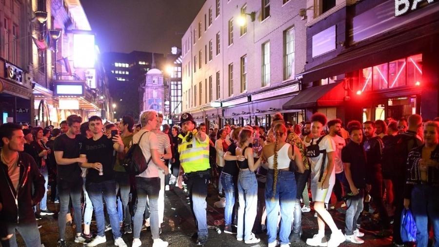 Aglomeração em Soho, em Londres, durante reabertura de pubs - JUSTIN TALLIS / AFP