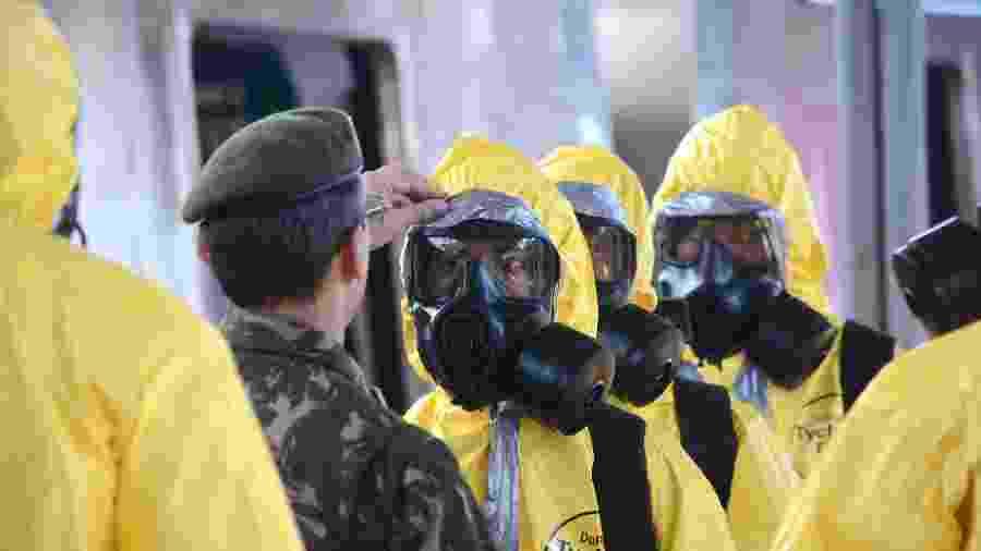 O prefeito do Rio de Janeiro, Marcelo Crivella, e os militares do Comando do Conjunto do Leste acompanham a higienização das plataformas da Central do Brasil, no centro do Rio de Janeiro - Estadão Conteúdo