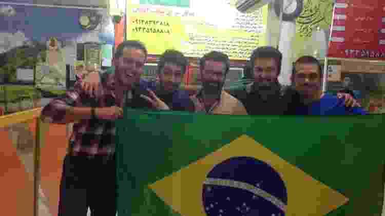 Mike com iranianos apaixonados pelo Brasil em Abadan - Arquivo pessoal - Arquivo pessoal