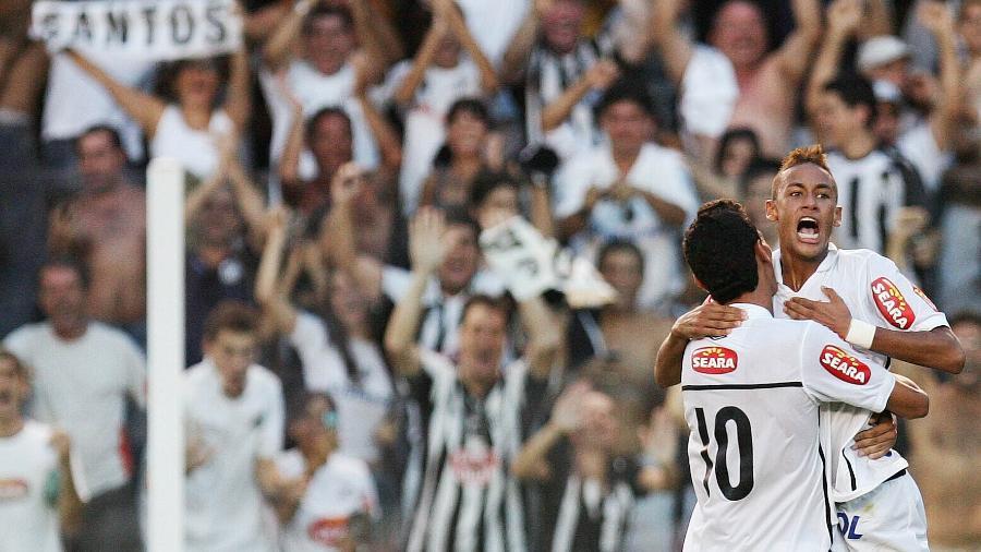 Ganso e Neymar comemoram gol do Santos na Vila Belmiro - Ricardo Saibun/Santos FC