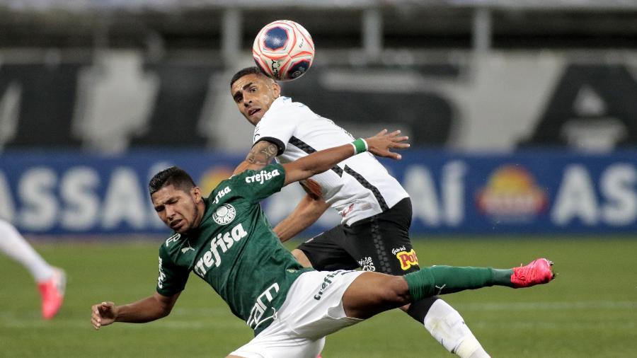 Gabriel derruba Rony, durante a partida entre Corinthians e Palmeiras - Rodrigo Coca/Agência Corinthians