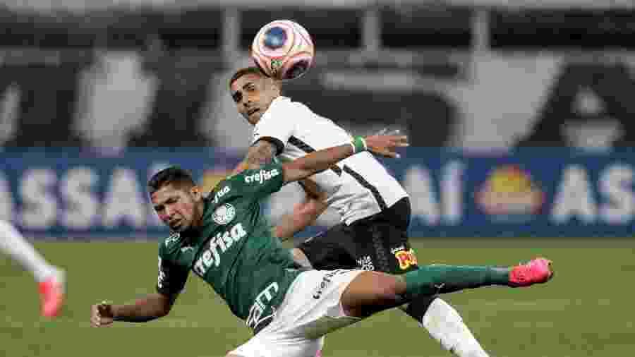 Gabriel derruba Rony, durante a partida entre Corinthians e Palmeiras, recentemente, na Arena de Itaquera - Rodrigo Coca/Agência Corinthians
