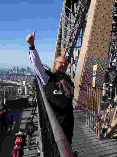 Edmo na Torre Eiffel, em Paris - Arquivo pessoal - Arquivo pessoal