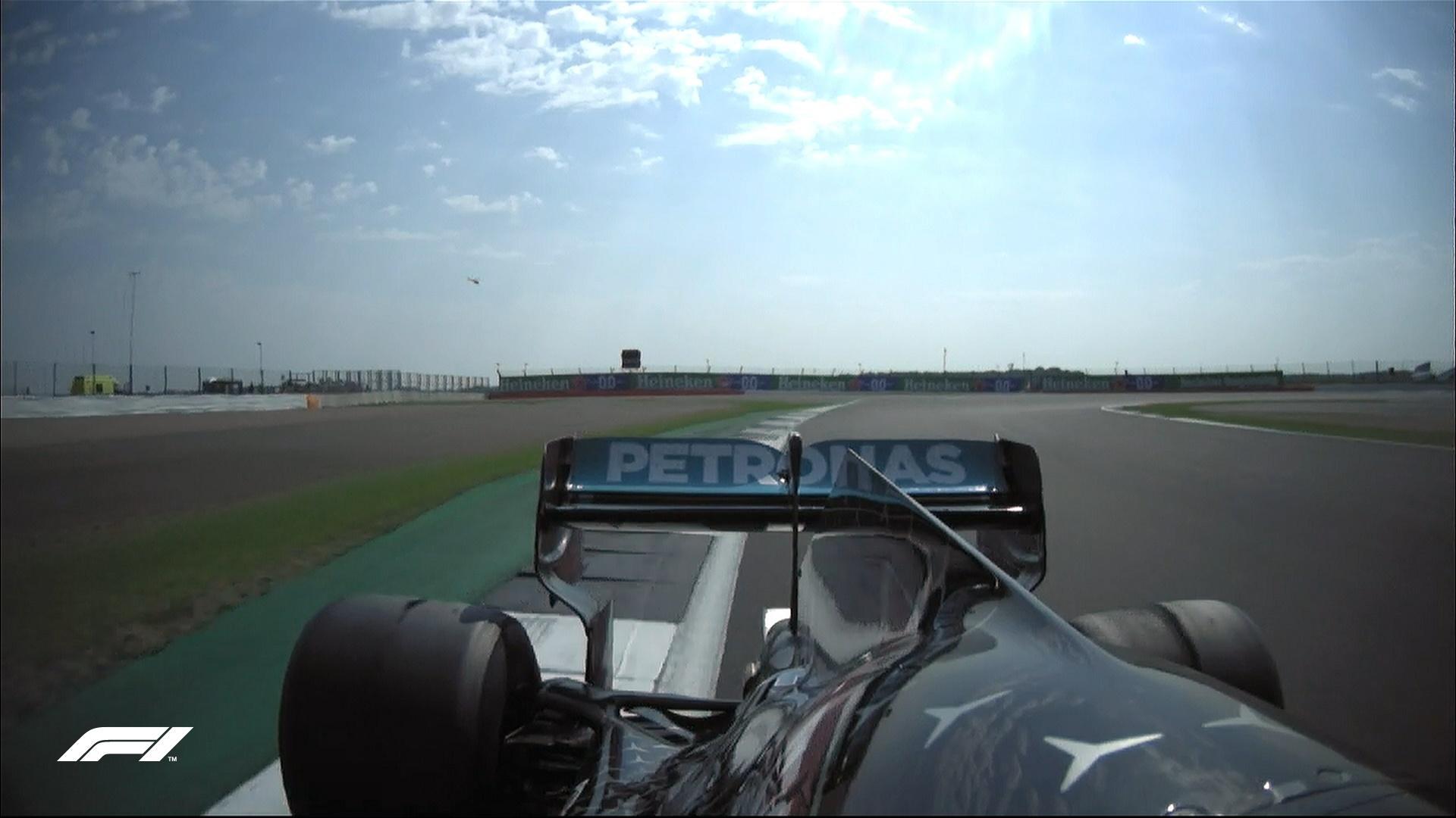 Na volta 34 do GP de Silverstone, Mercedes de Lewis Hamilton apresenta problemas nos pneus - Reprodução/@F1