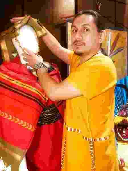 Adrian Ilave com o figurino feito para a Inti Raymi de 2021 - Arquivo Pessoal - Arquivo Pessoal