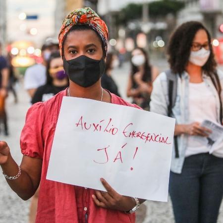 Manifestante pede auxílio emergencial em Curtiba (PR) - 23.fev.2021 - Joka Madruga