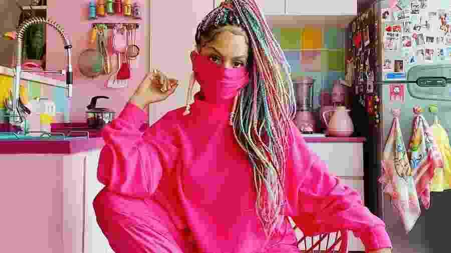Magá Moura em sua cozinha cor de rosa - Arquivo pessoal
