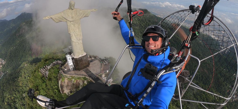 Fernando Fernandes em paramotor sobre o Cristo Redentor - Divulgação