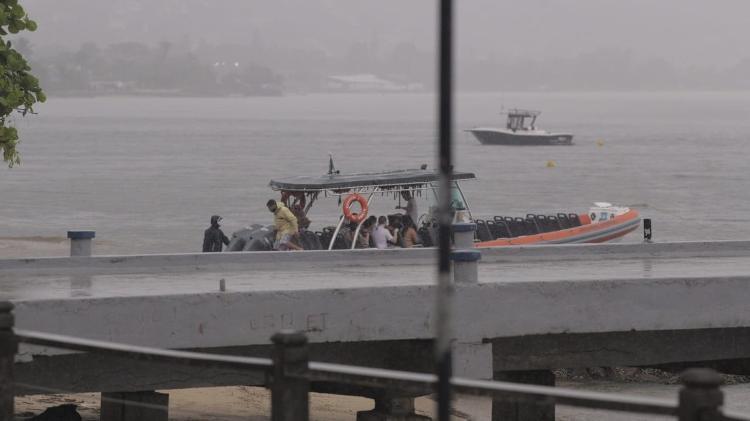 Aglomeração em barco em Ilhabela mesmo com fase vermelha - André Lucas/UOL - André Lucas/UOL