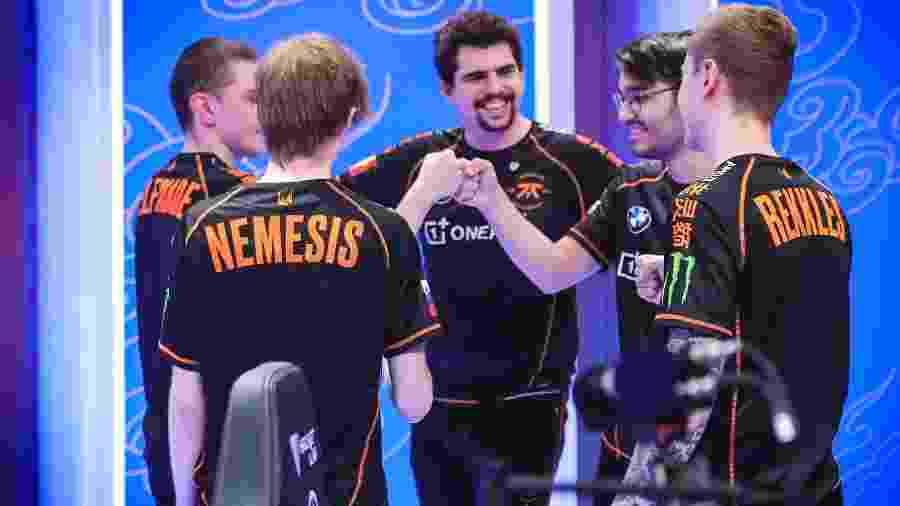 A europeia fnatic, classificada em segundo lugar no Grupo C, comemora vitória na fase de grupos - David Lee/Riot Games