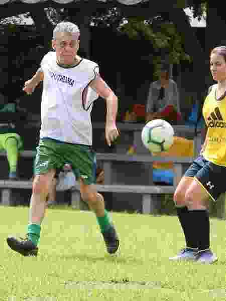 Chico Buarque joga futebol com amigos no Rio - AgNews