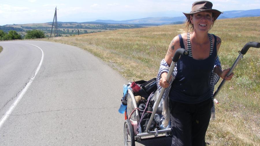 Sempre acompanhada de seu carrinho, Angela viajou o mundo à pé - Arquivo pessoal