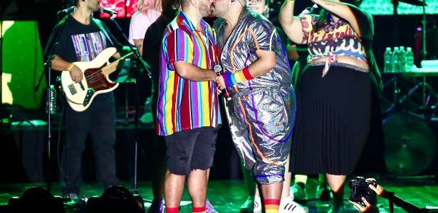Pré-Carnaval   Tiago Abravanel beija marido em show, dias após assumir relação
