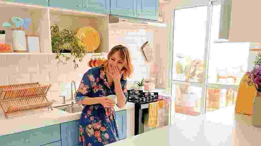 Danni em sua cozinha azul, um dos destaques deste sobrado almejado - e conquistado - Arquivo pessoal