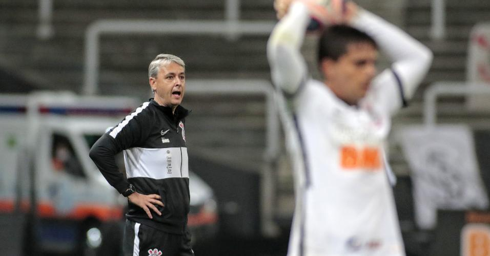 Tiago Nunes acompanha a partida entre Corinthians e Palmeiras