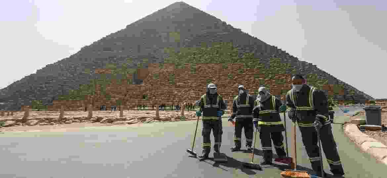 Trabalhadores desinfetam área de pirâmides do Egito após interdição - Getty Images