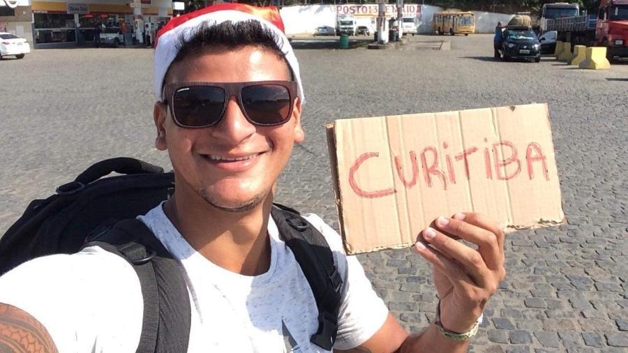 Arthur pedindo carona para ir para Curitiba - Arquivo pessoal
