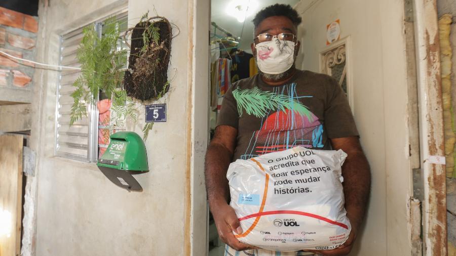 Eneais Nogueira, 53, chega em casa com a cesta básica recebida do Grupo UOL - Ricardo Matsukawa/UOL
