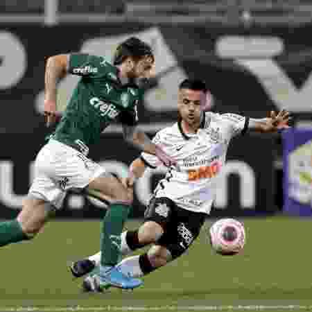 Matías Viña tenta passar pela marcação de Ramiro, na partida entre Corinthians e Palmeiras - Rodrigo Coca/Agência Corinthians